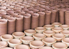 Floreros de la loza de barro de los productos, potes en pueblo de la cerámica Foto de archivo libre de regalías