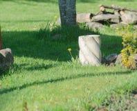Floreros decorativos de la arcilla en jardín Foto de archivo libre de regalías