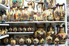 Floreros griegos en una tienda de souvenirs imágenes de archivo libres de regalías