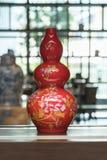Floreros tradicionales chinos en la tabla imagenes de archivo