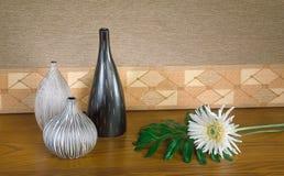 Floreros vacíos de la arcilla con la flor Imagen de archivo