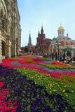 Floresça ajardinar na rua de Nikolskaya no centro histórico do Mo Fotos de Stock