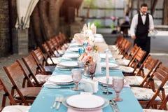Floresça decorações da tabela para feriados e jantar de casamento A tabela ajustou-se para o feriado, o evento, o partido ou o co fotos de stock