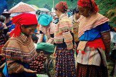 floresça a mulher do membro do tribo do hmong no mercado local do fazendeiro fotografia de stock royalty free