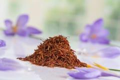 Floresça o açafrão e a especiaria secada do açafrão no fundo branco Fotografia de Stock