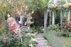 Floresça o arco com o passeio no jardim para o casamento Foto de Stock Royalty Free