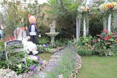 Floresça o arco com o passeio no jardim para o casamento Fotografia de Stock Royalty Free