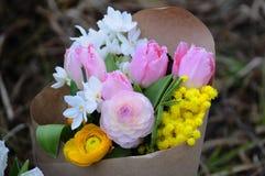 Floresça o arranjo do casamento com ranúnculo, pion, rosas Fotos de Stock