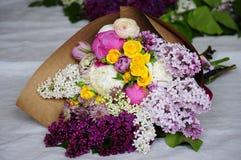 Floresça o arranjo do casamento com ranúnculo, pion, rosas Imagens de Stock