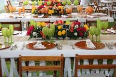 Floresça o ramalhete com a tabela do casamento das rosas com vidros verdes Imagens de Stock Royalty Free