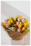 Floresça o ramalhete de tulipas multicoloridos no vaso branco Fundo vertical da mola com espaço da cópia Dia do ` s das mulheres, Imagem de Stock Royalty Free