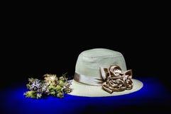 Floresça o ramalhete no vaso com chapéu de palha - ainda vida Imagem de Stock