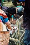 floresça os membros do tribo do hmong que compram e que vendem pássaros e patos pequenos no mercado local do fazendeiro da vila fotos de stock