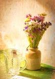 Flores abstractas en un florero Imagen de archivo