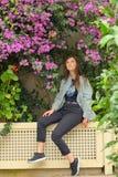 Flores adolescentes de la buganvilla del olor de la muchacha en jardín foto de archivo libre de regalías