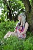 Flores adolescentes felizes da terra arrendada da menina Imagem de Stock
