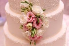 Flores agradables en la torta Imagen de archivo libre de regalías