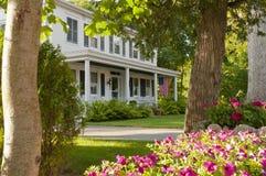 Flores ajardinadas del pórtico de la casa   Imagen de archivo