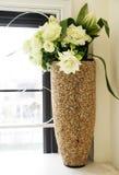 Flores al lado de la ventana Foto de archivo libre de regalías