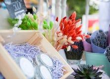 Flores alaranjadas na janela no mercado imagens de stock royalty free