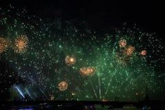 Flores alaranjadas no verde Uma exposição do fogo de artifício no escarlate navega em St Petersburg fotos de stock