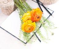 Flores amarelas, cestas de vime e um caderno Foto de Stock Royalty Free