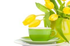 Flores amarelas das tulipas com chá do copo, Fotografia de Stock