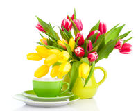 Flores amarelas das tulipas com chá do copo Fotos de Stock Royalty Free