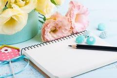 Flores amarelas do eustoma e caderno aberto Foto de Stock Royalty Free