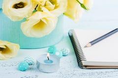 Flores amarelas do eustoma e caderno aberto Foto de Stock