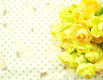 Flores amarelas do ramalhete com fundo verde do às bolinhas Imagem de Stock Royalty Free