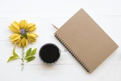 Flores amarelas do ylang de Ylang locais de Ásia com café imagem de stock royalty free