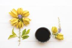 Flores amarelas do ylang de Ylang locais de Ásia com café foto de stock
