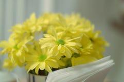 Flores amarelas na manhã na mesa de cozinha Fotos de Stock