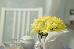 Flores amarelas na manhã na mesa de cozinha Imagem de Stock