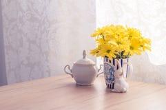 Flores amarelas na manhã na mesa de cozinha Fotos de Stock Royalty Free