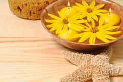 Flores amarelas para o abrandamento dos TERMAS Fotografia de Stock