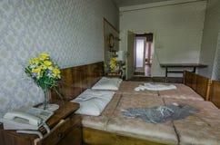 flores amarelas perto de uma cama na sala de hotel imagem de stock royalty free