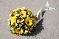 Flores amarillas de la condolencia Imagen de archivo