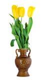Flores amarillas de los tulipanes en florero Foto de archivo libre de regalías