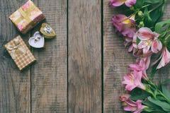 Flores, anel e presentes cor-de-rosa bonitos do lírio Fundo festivo para o aniversário, dia do ` s da mãe, dia do ` s do Valentim Imagem de Stock Royalty Free