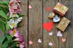 Flores, anel e presentes cor-de-rosa bonitos do lírio Fundo festivo para o aniversário, dia do ` s da mãe, dia do ` s do Valentim Fotos de Stock