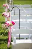 Flores ao longo de um corredor em uma cerimônia de casamento Foto de Stock Royalty Free