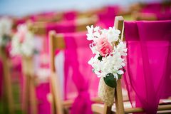 Flores ao longo de um corredor em uma cerimônia de casamento Fotos de Stock Royalty Free