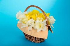 Flores apacibles de la primavera en cesta con la servilleta foto de archivo