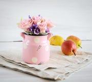Flores artificiais à mão em um fundo branco com peras Foto de Stock Royalty Free