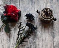 Flores artificiais com queimador de incenso Imagens de Stock