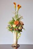 Flores artificiais dos vasos Foto de Stock