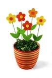 Flores artificiais em potenciômetro listrado Fotos de Stock