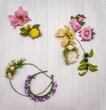 Flores artificiais em uma placa de madeira fotos de stock royalty free